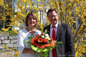 Der Bürgermeister von Owingen gratuliert Wendy zum 25-jährigen Firmenjubiäum (15.04.2018).