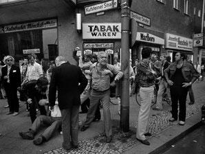 Aufgebrachte Bürger beschimpfen Teilnehmer einer vorbeiziehenden Demonstration, Kufsteiner Straße in Schöneberg, 1981