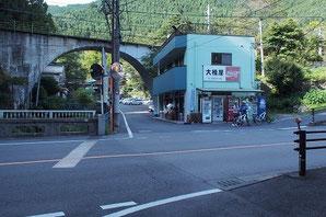 鳩ノ巣町営駐車場に入る交差点