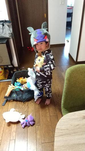 ポケモンの帽子をかぶる次男の写真