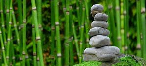 Bambus-Stiele mit einem aufgetürmten Stein-Turm, Stress und Entspannung, EMDR, Trauma-Therapie, PTBS, Rosacea, Neurodermitis, Psoriasis, Psychotherapie