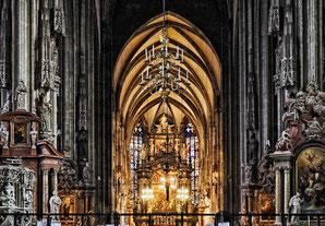 Ein Blick durch das Hauptschiff des Stephansdoms in Wien zum herausragenden Altarraum.