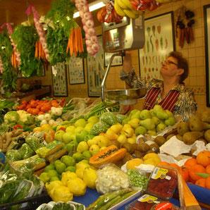 Einkaufen auf dem neuen Markt in Ibiza