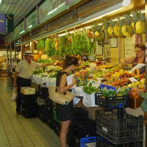 Frisches Obst und Gemüse auf dem Mercat Nou