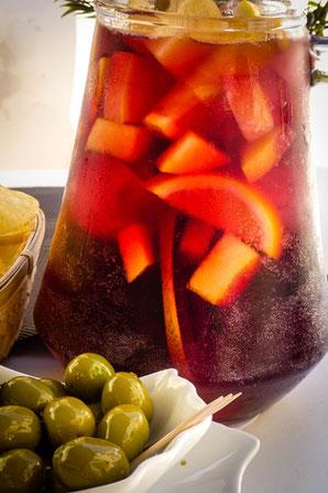 Sangria mit frischen Früchten auf Ibiza