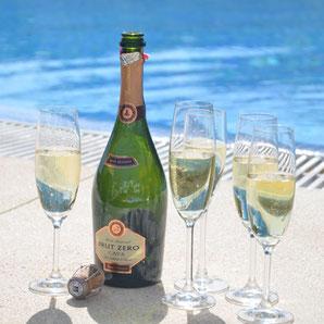 Sekt trinken am Pool