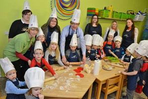 Weihnachtsbäckerei mit Landrat in Baalberge