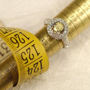 Ring in Weißgold mit gelben und weißen Diamanten