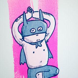 Figur im Superhelden Kostüm macht Yoga
