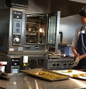 多機能な業務用コンベクションオーブン。お勉強のためメーカーのクッキングライブに参加しました。