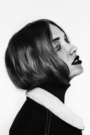 photo noir et blanc, shooting, mode, fashion, portrait profil, catalogue, maquillage yeux, rouge à lèvres rouge, cheveux à l'intérieur du col