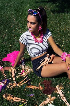 Model mit Sara Gallo-Schmuck aus geupcycelten Barbie-Schuhen
