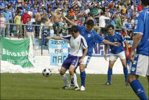 Los aficionados del Linares muestran su apoyo a MAG con una pancarta.