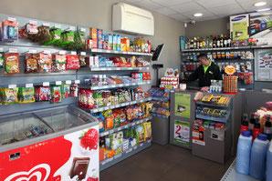 Tienda de productos para el automovil, snaks, helados