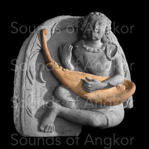 Cordophone d'époque Gupta, Ve s. se terminant par une volute. British Museum.