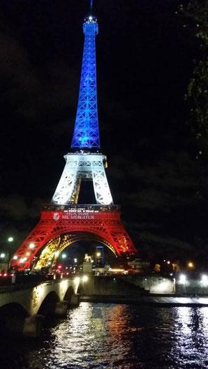Tour Eiffel et reflets dans la Seine le 17/11/2016 : hommage aux victimes