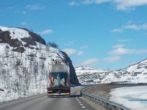 Ein Segelboot im norwegischen Gebirge
