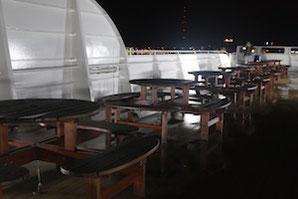 Sitzgruppe an Deck der Stena Line Stena Germanica, nachts
