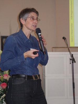 Heidrun Wiesenmüller beim Vortrag (Foto: Robert Scheuble)