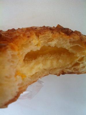 断面はこんな感じ、、真中にあるのがクリームチーズです。 超美味い♪