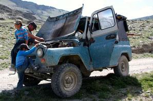Les chauffeurs réparent leurs véhicules sur le bord des pistes en Mongolie