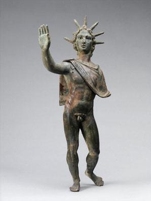 Aurélien intervient dans le domaine religieux. Il fait du culte solaire la religion d'État. Ce culte du Sol invictus (le Soleil invaincu) rassemble sous une même identité des divinités traditionnelles (Apollon) et des divinités orientales (Mithra).