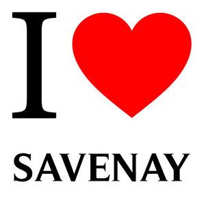 Sur la photo il y a I qui veut dire Je en anglais écrit en noire tout comme le nom d'une commune de loire-atlantique qui s'appelle savenay. Un coeur rouge est présent sur l'image.
