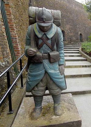"""Un """"poilu"""" dans son uniforme bleu horizon monte la garde au pied de l'escalier d'accès au musée"""