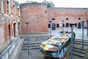 Dans la cour, entre anciens remparts et musée moderne, le tank Min p'tit Quinquin