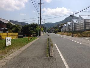 石巻登山口を曲がり、1個目の信号を超えて4ツ目の道路(角にごみ置き場有)を左に曲がります。