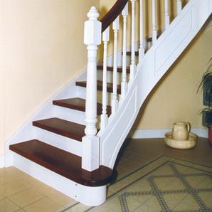 Treppe mit weißer Oberfläche