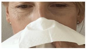 Verbrauch Papiertaschentücher, Frau die in ein Taschentuch schnaubt