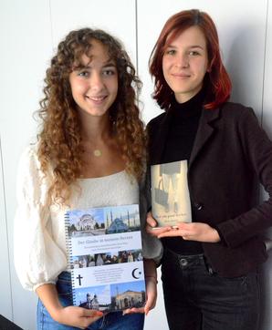 (v. l.) Selma Zoronjic und  Maja Arnold mit ihren prämierten Maturaarbeiten. Bild: Benno Bühlmann