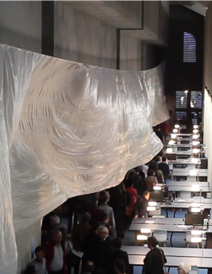 Installation monumentale de Laurent Valera  dans la grande salle de lecture des Archives de Bordeaux Métropole