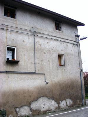 Nella foto un muro con ancora i segni dei combattimenti. Potete vedereli bene, sono quei cerchietti un po' più scuri rispetto all'intonaco.