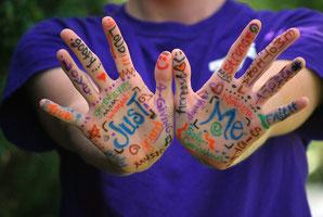 Mani di un bambino con parole
