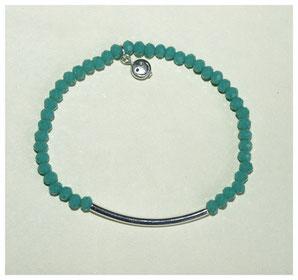 Armband, grüne Glasfacettperlen und silberfarbenes Metallzwischenstück und Smiley-Anhänger.