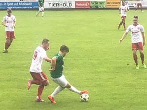 Tobias Süß im Kampf um den Ball beim TSV Neusäß.