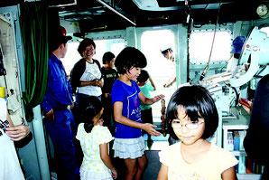親子連れでにぎわった水中処分母船6号=19日午後、石垣港J岸壁