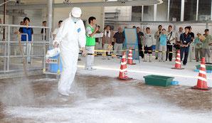 黒島で口蹄疫の発生を想定した防疫実働実習が行われた=29日午後、黒島家畜市場