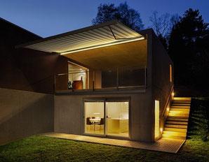 Markise und Beleuchtung bieten höchsten Bedienkomfort im modernen Smart Home. Foto: Zveiger Alexandre