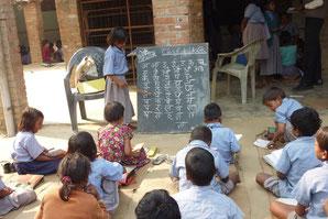 アーシャ(希望)学校で勉強する子どもたち この制服は農村女性たちによって一着一着手作りされています