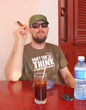 Zigarre rauchen und Cuba Libre in Kuba