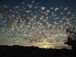 fotografia céu entardecer com nuvens na cidade