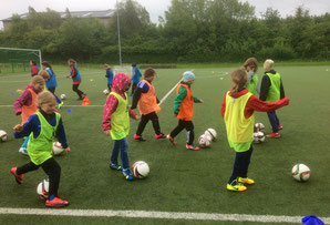 Die E- und F-Juniorinnen beim Fußballtraining in Bad Oldesloe.