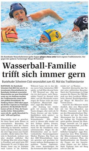 Die Buxtehuder Wasserballerinnen (gelbe Kappe) gingen etwas unter beim eigenen Traditionsturnier, hier gegen den späteren Turniersieger Waspo 98 Hannover.