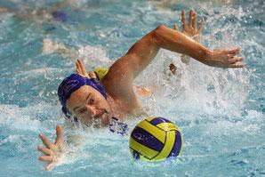 Nichts zu holen gab es für die Buxtehuder Wasserballer zum Saisonstart. 0:10 ging das Spiel gegen Sportteam Hamburg II verloren. Hier schnappt sich Harmut Kohlenschmidt (Sportteam) den Ball.