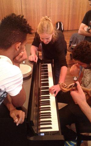 Musik-Projekt 'Klingendes Café International' von Dr. Ursel Schlicht mit geflüchteten jungen Erwachsenen, 2018, Kassel, Foto 9
