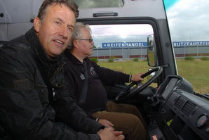 Fahrlehrer Reiner Wintjen mit einem Trucker während der Fahrt