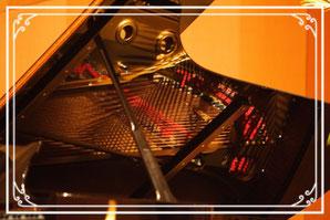 グランドピアノの屋根に写った本体